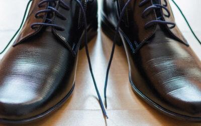 Pošvedrani čevlji ob elegantni obleki